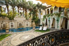 Miami: The Villa By Barton G. is the former Versace Mansion in Miami Beach, Florida >> Guarda le Offerte! Versace Casa, Versace Miami, Versace Mansion, Versace Home, Gianni Versace, Miami Beach, South Beach, Villas, Casa Casuarina