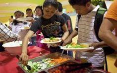 Skolebarn i Andalucía skal gis tre måltider om dagen fra mandag til fredag melder den regionale regjeringen. Ordningen er en del av en 100 millioner tiltakspakke i regionen der en av seks barn antas å være i en situasjon med ekstrem fattigdom. http://www.spania24.no/skolemat-tre-ganger-om-dagen/