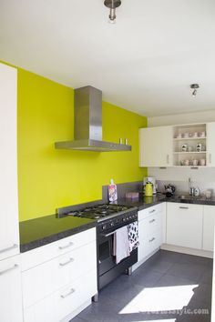 Modern kitchen with feature lime green wall | 40plusstyle.com