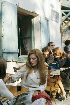 Egyptian-born singer Dalida in the Montmartre area, in Paris, where she lives. Egyptian Beauty, Egyptian Women, Janis Joplin, Marcel Duchamp, Jean Mermoz, Nana Mouskouri, Persona, Egyptian Movies, French Icons