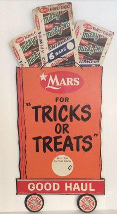 Tricks or treats Milky Way bars Retro Halloween, Halloween Goodies, Halloween Trick Or Treat, Halloween Night, Spooky Halloween, Halloween Treats, Halloween Decorations, Halloween Stuff, Vintage Candy