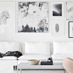 Salon blanc, et une galerie photos noir et blanc, chic et minimaliste | White living room + black and White gallery wall, minimalist chic