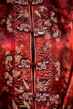 I love this Chinese style jacket embroidery Coordination Des Couleurs, Dark Red, Red And White, Design Oriental, I See Red, Chinoiserie, Art Japonais, Simply Red, The Last Airbender