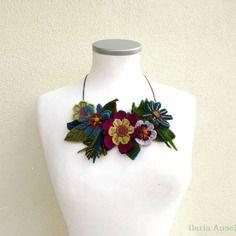 Collana tessile a bavaglino fiori ricamati multicolore recupero di ritagli di lana e tessuti vari textiles bib necklace