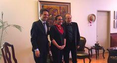 Serrat de nuevo condecorado en Ecuador.