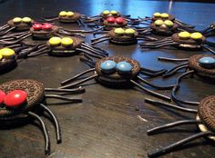 Invasie van spinnen op onze keukentafel. De traktaties van Guus op school morgen voor zijn 6e verjaardag pic.twitter.com/EwhUiWWvzz