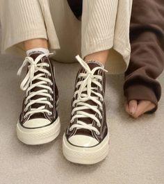 Converse Marron, Mode Converse, Brown Converse, Converse Shoes Outfit, Colored Converse, Converse Sneakers, Dr Shoes, Swag Shoes, Hype Shoes