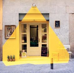Imaginación para iluminar durante el día la fachada de una tienda.