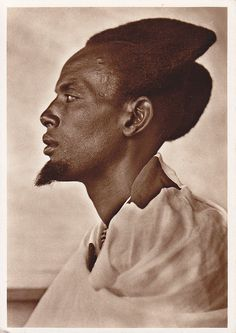 Significant Tutsi. Rwanda-Urundi (now Rwanda and Burundi). Traditional hairstyle called 'amasunzu' worn only by men and young girls. African Culture, African History, African Art, Afro Punk, Cheveux Oranges, Art Afro, Traditional Hairstyle, Photo Vintage, Tribal People