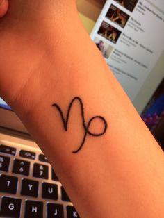 Discret tatouage signe du capricorne sur le poignet