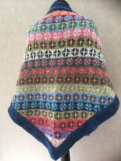Das Tuch wird aus Island Wolle Lett Lopi in Fair Isle Technik gestrickt. In der Strickpackung sind nicht so viele Farben wie in dem Mustertuch verstrickt sind, weil sonst zu große Reste übrig...