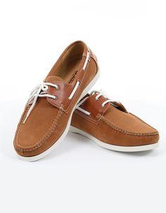 Chaussure bateau camel de la marque Duke. Ces chaussures sont un indémodable de l'été. Elles sont à avoir absolument pour accompagner vos pantalons chinos et bermudas cette saison. Chaussure grande taille disponible pour moins de 50 euros.