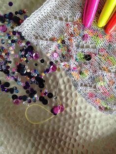 Dekoration på strik med tush og perler, Vejledning med Charlotte Kaae, www. Sequin Sweater, Art World, Knits, Repeat, Knitwear, Fashion Dresses, Arts And Crafts, Sequins, Crafty