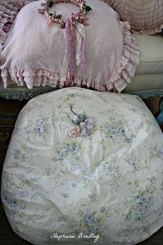 My beautiful beanbag, made for me by my talented friend Rhoada. LOVE IT !!!!