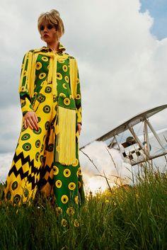 Celia Birtwell. Avec Celia Birtwell le design textile revêt ses habits les plus Rock n' Roll. Plantons le décor. Les années 1960 en Grande Bretagne. Une jeune étudiante en design textile rencontre ...