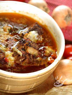 Lo Stufato di manzo e formaggio, una ricetta golosissima pensata per la cottura in forno: richiede poco impegno e il risultato è ottimo. Piacerà a tutti!