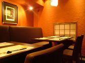 Economy 愛煙家に快く門戸を開いている、心が広いレストラン「海華月 横浜本店」。神奈川県三浦市の新鮮野菜をふんだんに使った創作料理と、オリジナリティーのある串焼きが楽しめる。店内は、料理人の手元が見えてライブ感のあるキッチンカウンター、テーブル席、個室タイプの掘り座敷があり、TPOによって席を使い分けたい。全席喫煙可。