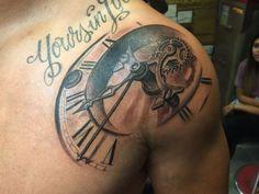 Tattoo Uhr mit Schrift auf Schulter
