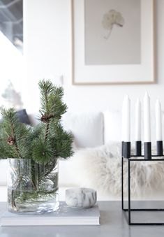Christmas means lots of fun and some unique decor ideas for your home. Modern interiors demand minimalist yet contemporary Christmas decoration. And, it starts with the tree! You need not opt for a heavy Christmas tree infused with shiny baubles… Continue Christmas On A Budget, Noel Christmas, Simple Christmas, White Christmas, Beach Christmas, Christmas Christmas, Christmas Lights, Christmas Ornaments, Decoration Bedroom