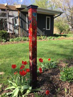 Best 15 Beautiful Garden Poles Ideas To Increase Your Garden Beauty – Garten Ideen Diy Garden Decor, Garden Crafts, Garden Projects, Art Crafts, Jardin Decor, Herb Garden Kit, Peace Pole, Vertical Garden Design, Garden Poles