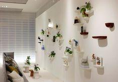 kleine regale mit grünen pflanzen und weiße wandfarbe für eine moderne wohnzimmer ausstattung - Zeit für Kunst – 48 Wanddekoration Ideen