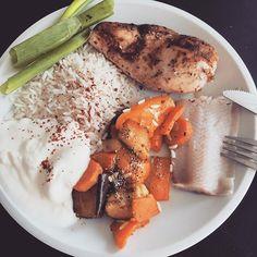 Bestes Mittagessen! Hähnchenbrust mit Gemüsepfanne, Reis & Joghurt! ▶️ 500 kcal . . . ☺️ Rezept? Link in Bio. Unter NEUste Beiträge . . Follow me on snapchat foodblog_maus  . .  #rezept #healthy  #foodblogköln  #liebe #co