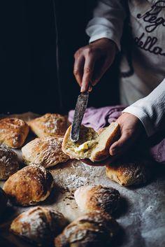 Helpot, nopeat ja rapeakuoriset vehnäsämpylät (V) – Viimeistä murua myöten Savory Pastry, Savoury Baking, Salty Foods, No Salt Recipes, Food Crush, Love Food, Food Inspiration, Food Porn, Dessert Recipes