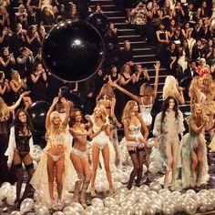 A Minute By Minute Account of the Victoria's Secret 2014 Show secret Mobel Victoria Secrets, Show Victoria Secret, Victoria Secret Angels, Victorias Secret Models, Catwalk Models, Vs Models, Agent Provocateur, Angel Aesthetic, Vs Fashion Shows