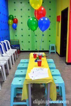 As paredes da festa se transformam em peças de Lego.