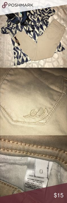 Beige Express cropped jean legging! 👖 Express jean legging, super stretchy, cropped style. Size: 0, Inseam: 25in. Used in good condition, have a small stretch mark around crotch area but not very noticeable, specially once you have them on (shown in last picture). ⚡️super duper fast shipping! 😆 Express Jeans Skinny