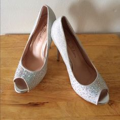 Women's Silver Pumps These are Glittery Sliver Pumps, a size 6 and a 5 inch heel. They have never been worn but are in perfect condition. These go perfect with that little black dress and is sure to turn heads on a night out on the town. Don't miss out! 🎀 Shoes Heels