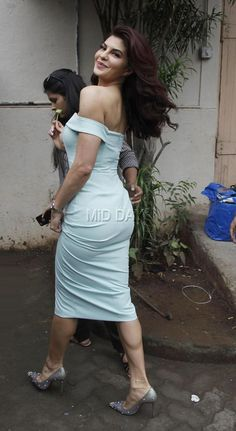 A Gentlman co star Sidharth Malhotra and Jacqueline Fernandez were recently snapped in between a shoot at Mehboob Studio in Bandra Mumbai Most Beautiful Bollywood Actress, Bollywood Actress Hot Photos, Indian Bollywood Actress, Bollywood Girls, Bollywood Celebrities, Bollywood Fashion, Bollywood Dress, Indian Celebrities, Indian Actress Hot Pics