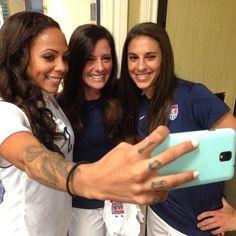 Selfies on photo day: Sydney Leroux, Ali Krieger & Carli Lloyd (Instagram)