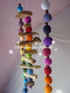 Farbenfrohes Treibholz-Regenbogen-Filz-Mobile
