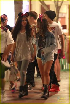 Selena Gomez & Austin Mahone: Disneyland Fun with Emblem3! | selena gomez austin mahone disneyland fun with emblem3 01 - Photo