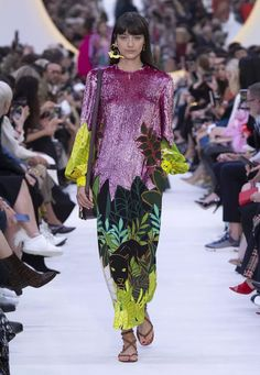 Discover all the creativity and originality of the Valentino Spring Summer 20 women's fashion show. Green Fashion, Fashion Colours, I Love Fashion, Fashion Show, Fashion Looks, Womens Fashion, High Fashion, Valentino 2017, Valentino Gowns