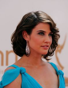 Cobie Smulders Photos - Actress Cobie Smulders arrives at the Annual Primetime Emmy Awards held at Nokia Theatre L. Short Wavy, Short Curly Hair, Curly Hair Styles, Robin Scherbatsky, Cobie Smulders, Canadian Actresses, Hot Brunette, Hollywood Actresses, Beautiful Actresses
