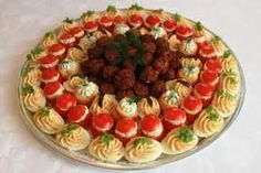 ❤ ... Meat Platter, Food Platters, Finger Food Appetizers, Appetizer Recipes, Salad Presentation, Catering Buffet, Salty Foods, Party Dishes, Romanian Food