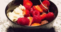 Snabblagad chokladkaka toppad med röda bär, vispad grädde och söt, vit choklad.