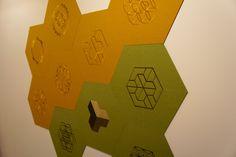 Geborduurde wolvilt hexagoon tegels voor aan de wand, leverbaar in diversen patronen, 26 kleuren wolvilt en 200 kleuren borduur garen, de mogelijkheden zijn eindeloos! Het geborduurde wolvilt wordt geleverd met een magneetfolie aan de achterzijde icm met magneet verf aan de muur heb je de mogelijkheid om elke dag een andere vorm aan je ontwerp te geven! Bedacht en ontworpen door The Wool Studio.