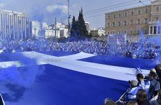 Γιγάντια ελληνική σημαία στο Σύνταγμα -Με τον ήλιο της Βεργίνας [εικόνες & βίντεο] | iefimerida.gr