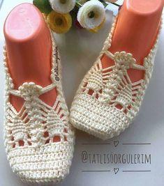 Granny Crochet Passo A Passo Flor Duna Contornada Best Shoe Styles Crochet - Diy Crafts Crochet Slipper Boots, Crochet Sandals, Knit Shoes, Crochet Tote, Knitted Slippers, Crochet Slippers, Filet Crochet, Crochet Baby, Knit Crochet