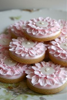 Not cakes, but beautiful Cookies! The decoration on these would be great on mini cakes or cupcakes! Cupcakes, Cookies Cupcake, Galletas Cookies, Fancy Cookies, Iced Cookies, Cute Cookies, Sugar Cookies, Button Cookies, Pink Cookies