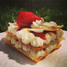 Une mille feuilles de pâte Filo, fraises et mascarpone fouetté au sucre glace