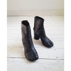 Maison Martin Margiela black tabi boots (40) ($140) ❤ liked on Polyvore featuring shoes, boots, vintage black boots, maison margiela shoes, black vintage shoes, black boots and kohl boots