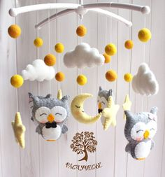 Possible mobile for baby? Baby Cot Mobiles, Baby Mobile Felt, Baby Crib Mobile, Owl Mobile, Baby Owl Nursery, Baby Owls, Felt Crafts Diy, Baby Crafts, Baby Decor