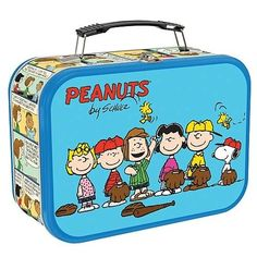 Make your gift card or cash gift extra special when you present it in our lidded Peanuts tin reminiscent of a retro lunchbox. Features Charlie Brown, Snoopy and the gang playing baseball. Retro Lunch Boxes, Lunch Box Thermos, Cool Lunch Boxes, Metal Lunch Box, Lunch Bags, Peanuts By Schulz, Peanuts Gang, Peanuts Cartoon, Adult Lunch Box