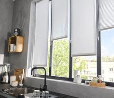 La bonne idée pour habiller cette fenêtre de cuisine c'est d'utiliser deux styles différents de stores vénitiens : des tamisants et des ajourés. Ils permettent de créer du rythme et de faire entrer plus ou moins de lumière dans la pièce. http://www.castorama.fr/store/pages/zoom-sur-habillage-fenetre-jeu-lumiere.html