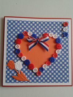 Kaart in hollandsekleuren met hart van restjes knopen en een paar tulpen...