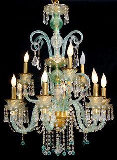 MURANO GLASS CHANDELIER TURQUOISE COLORChandelier. Se usan con mas frecuencia en el estilo decorativo clásico.  Requiere grandes espacios para que pueda destacarse. Las lámparas chandelier tienen su origen en los candelabros utilizados  en la antiguedad Para iluminar las estancias se colocaba un conjunto de velas colgando del techo, elevado con cuerdas o cadenas. Las bases de estos candelabros fueron evolucionando hasta convertirse en objetos decorativos.